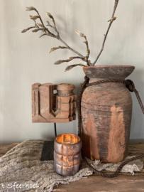 oud houten ornament op ijzeren statief
