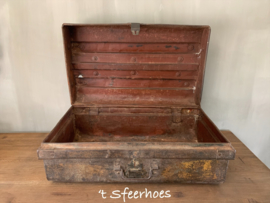 grote oud doorleefde ijzeren koffer 2