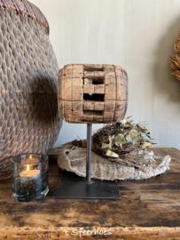 authentieke oud houten katrol op standaard