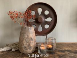 oud doorleefd sober houten kruikje