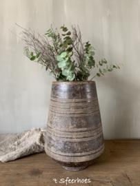 oude doorleefde houten Nepalese vaas