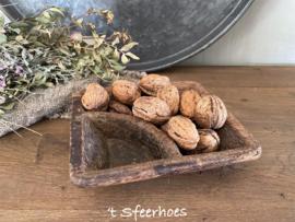 oud doorleefd houten kruidenbakje
