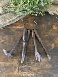 gietijzeren bosje gereedschap aan ring