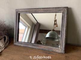oude doorleefde houten spiegel, grijs