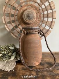 oude doorleefde Nepalese houten kruik, hoogte 29 cm