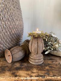oud doorleefde houten kloskandelaar