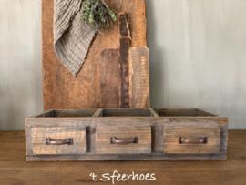 oud doorleefde houten bak met vakken