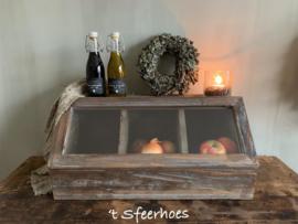 oud doorleefde houten gruttersbak met klep en glas