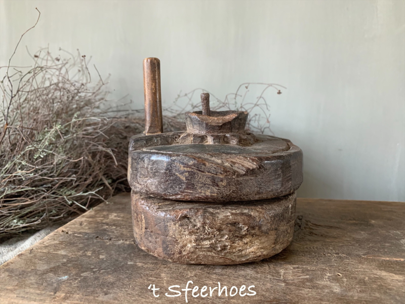 oude doorleefde houten kruidenmolen