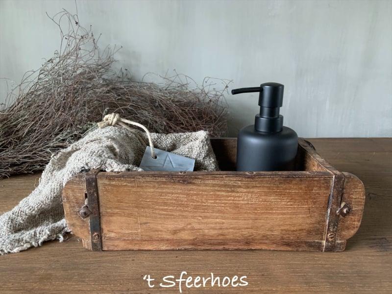 oude doorleefde houten steenmal enkel
