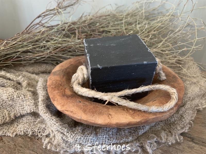 blok zeep aan touw, zwarte olijven