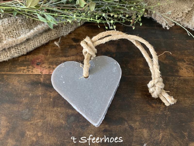 zeep hartje aan touw, 'stone heart'