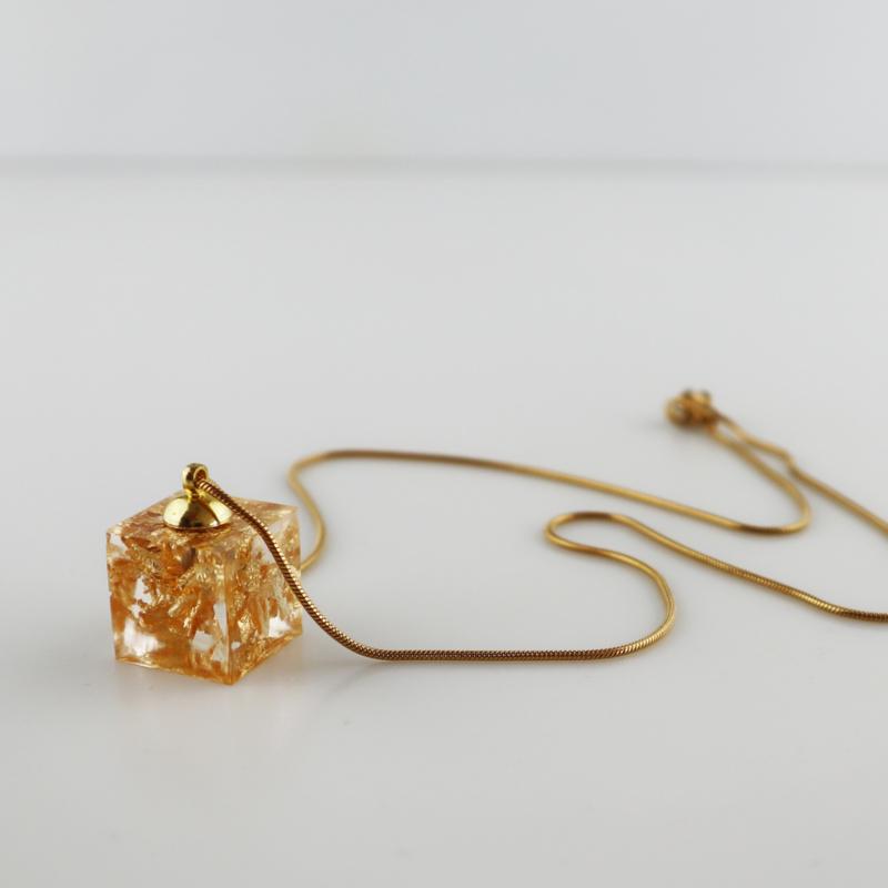 Drupt Hanger Golden Cube