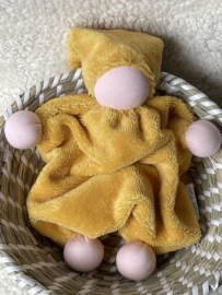Knuffeltje - bamboe-katoen okergeel met roze huidskleur