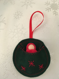 Kersthanger/ Christmas hangers - Rond groen met rood poppetje