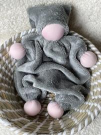 Knuffeltje - bamboe-katoen grijs/groen met roze huidskleur
