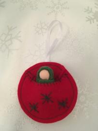 Kersthanger/ Christmas hangers - Rond rood met groen poppetje