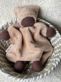 Knuffeltje - bamboe-katoen apricot met donkere huidskleur