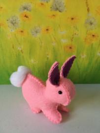 Regenboogkonijn klein 100% wolvilt roze - paarse oren