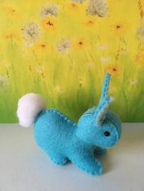 Regenboogkonijn klein 100% wolvilt blauw - zachtblauwe oren