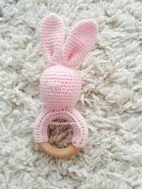 Gehaakte rammelaar konijn roze