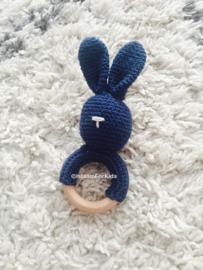 Gehaakte rammelaar konijn blauw