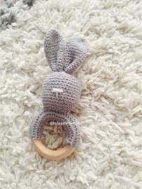 Gehaakte rammelaar konijn grijs