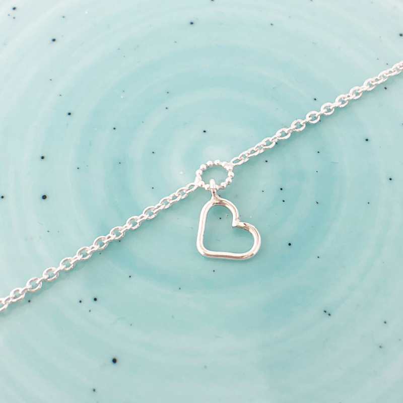 Zilver enkelbandje met pareldraad rondje en open hartje