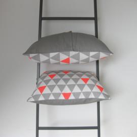 Kussenhoes driehoek grijs/ fluor roze 50x50