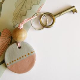 Barabrenda | Sleutelhanger grijs & roze met roze koord