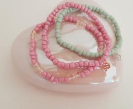 Schattige Armbandjes van glaskralen in zachte tintjes Mix & Match