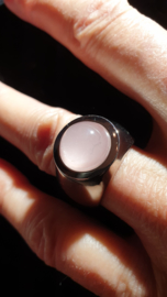 Edelstaal damesring facet geslepen steen rozenkwarts  maat 18 nieuw