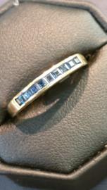 Rij ring geel goud met 9 vierkant geslepen Saffieren  maat 18    3mm breed