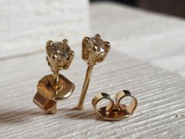 Een set gouden oorstekers met 2x 0.06 crt aan briljant open zetting