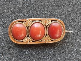 Antike Gouden broche met drie bloedkoralen  3.2 cm