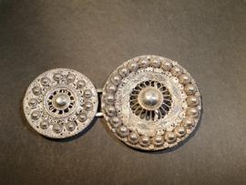 Zilveren roksluiting samen gesteld