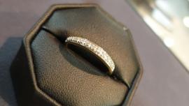 Leuk gouden dames  rij ring met 11 briljantje 0.055 crt   maat 16.5