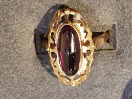 Gouden damesring met Granaat 14 Kr.