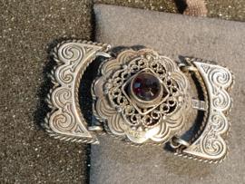 Zilveren sluiting  4 rijen en granaat 4 bij 2 cm