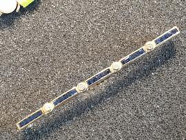 Smalle gouden barretbroche met 4x briljant 25 vierkant saffieren 6 cm