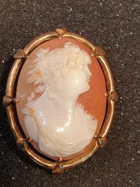Gouden Camee broche 14 krt, antiek  in poten gezet  4.2 bij 3.2 cm