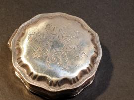 Antiek zilver Pillendoosje  1925 rest niet leesbaar 5/5 cm