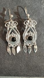 zilveren filigrein bellen met onyx  met pegels 4 cm lang