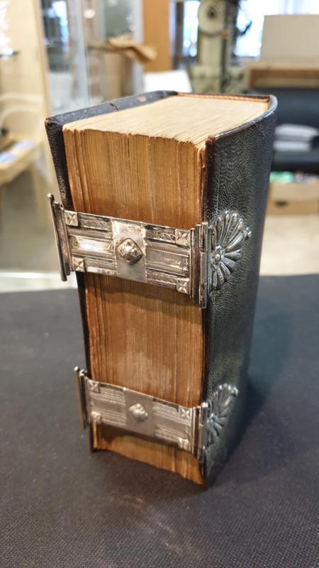 Antieke bijbel met zilveren sloten 1856 Adema Hendrik Leeuwarden.