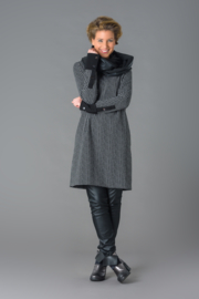ELSEWHERE jurk met v-hals,  zwart licht grijs ruitje . STYLE 3154