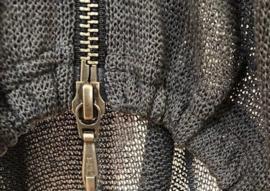 ELSEWHERE vest in transparant breisel rits, zwart. STYLE 3131