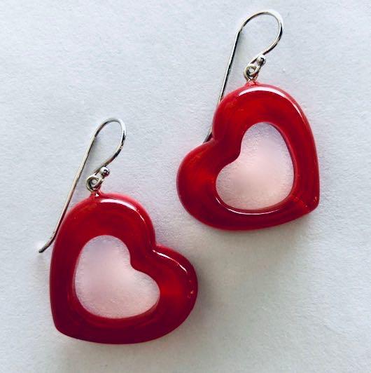 ZSISKA oorbellen rood hartjes. JOYFUL.