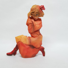 Schiele beeldje van een knielend meisje in oranje rood