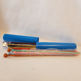 Breinaalden in plastic retro blauwe koker