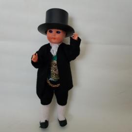 Klederdracht poppetje jaren 60 jongen met hoge hoed